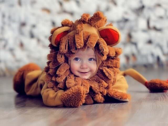 Ребенок в костюме льва