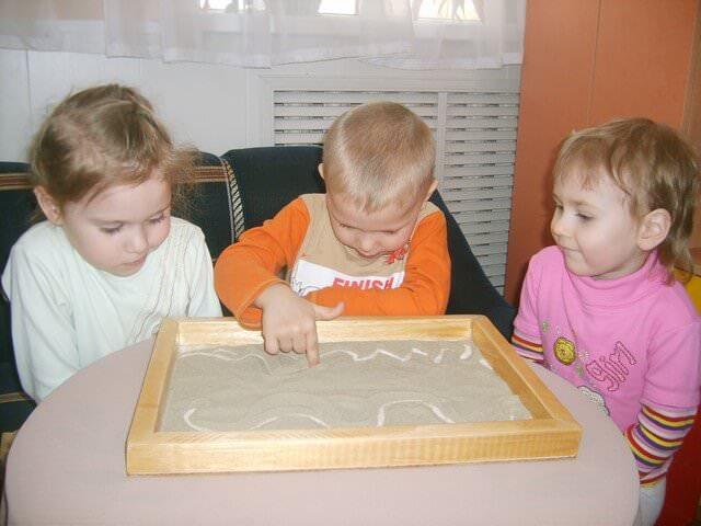 Малыши рисуют на песке