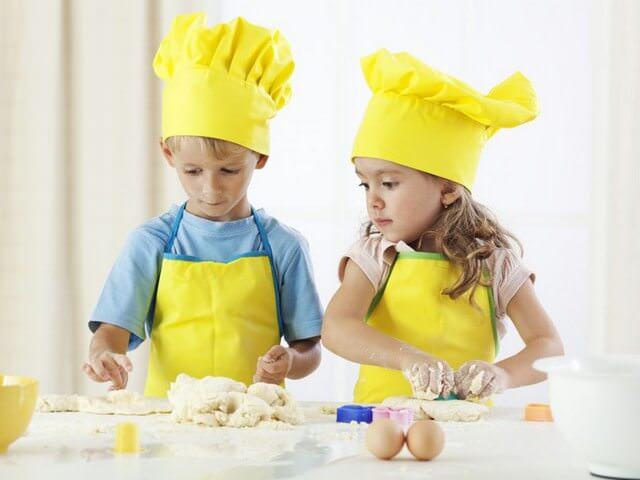 Мальчик с девочкой готовят