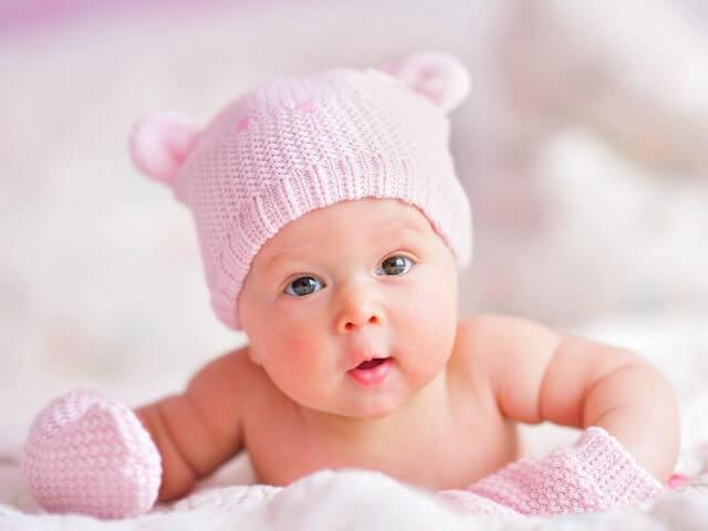 Малыш в варежках и шапке
