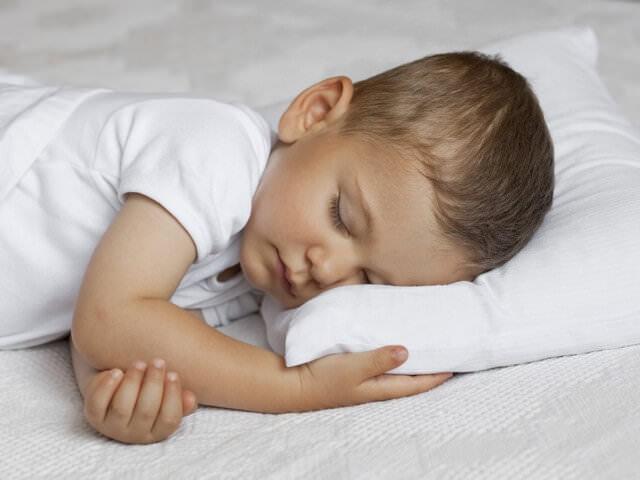 Мальчик отдыхает