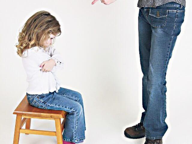 Девочка сидит на стуле