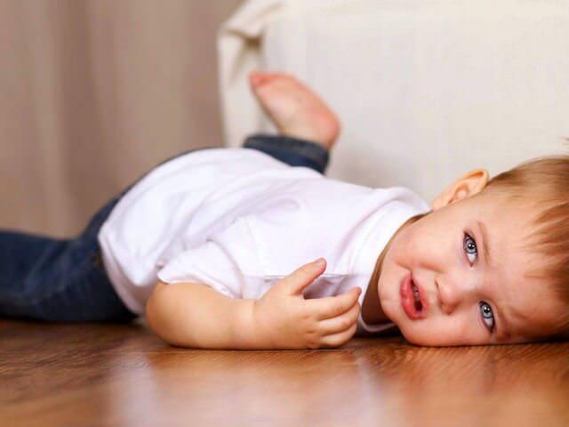 Мальчик упал на пол