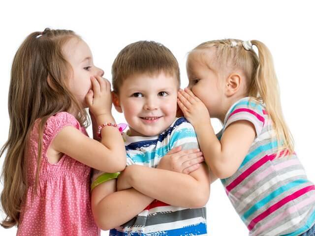 Две девочки и один мальчик