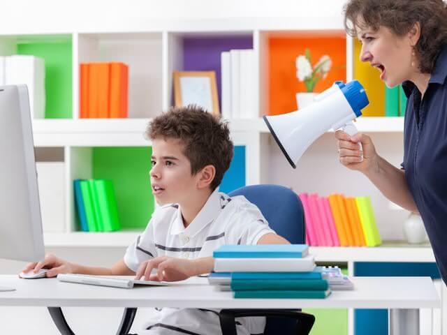 Мальчик играет в компьютер