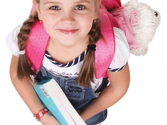 Девочка готовится к школе