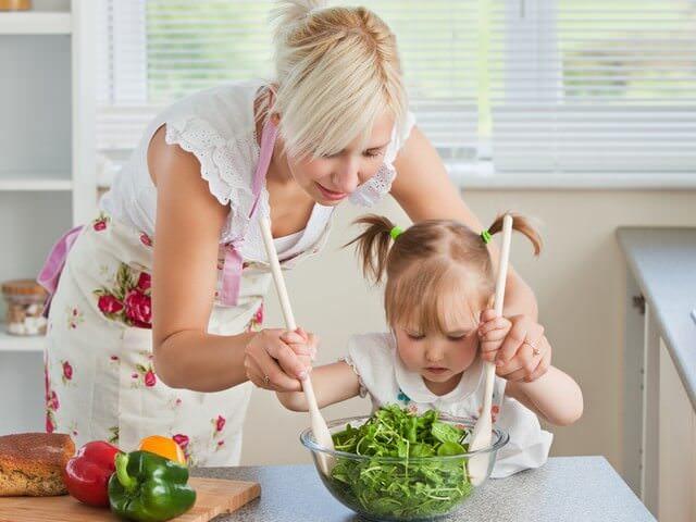 Дочка помогает маме