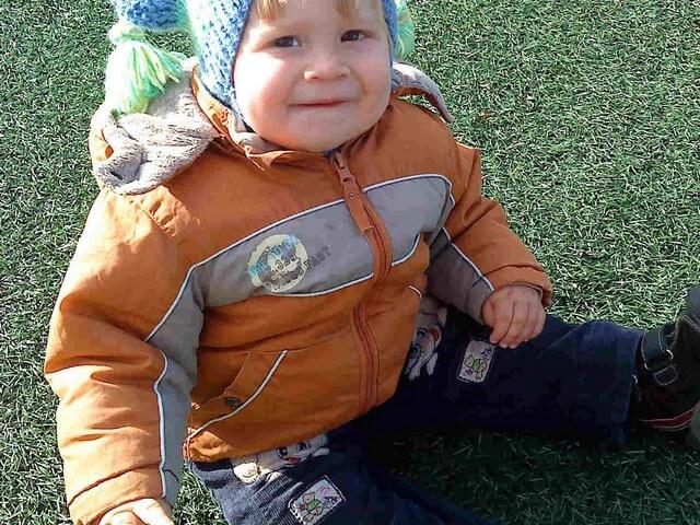 Ребенок сидит на траве