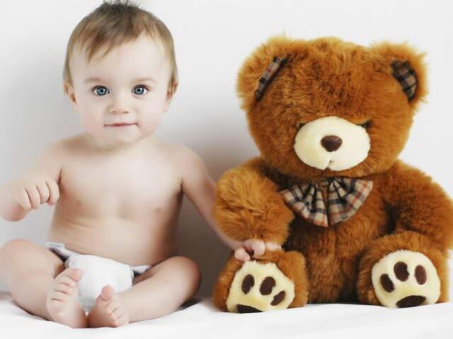 Малыш сидит с большой игрушкой