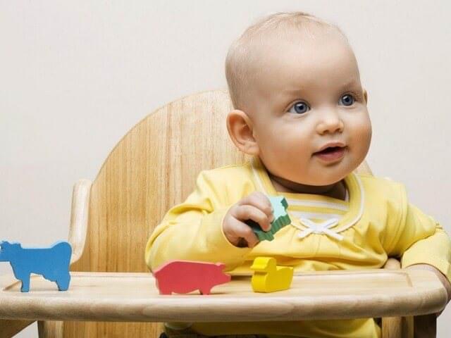 Малыш сидит за своим столиком