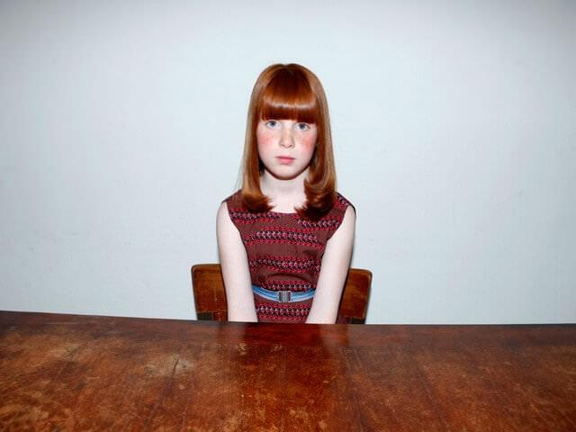 Девочка сидит за столом