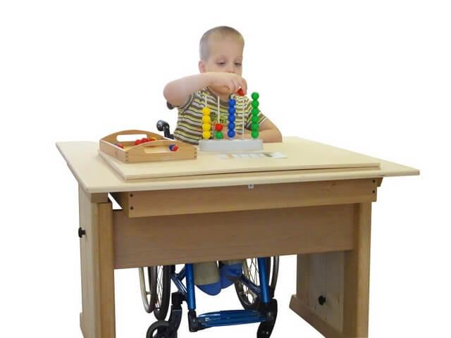 Мальчик на инвалидном кресле