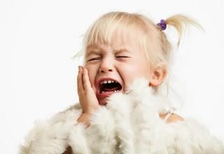 Девочка сильно плачет
