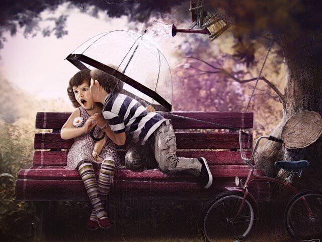 Мальчик целует девочку