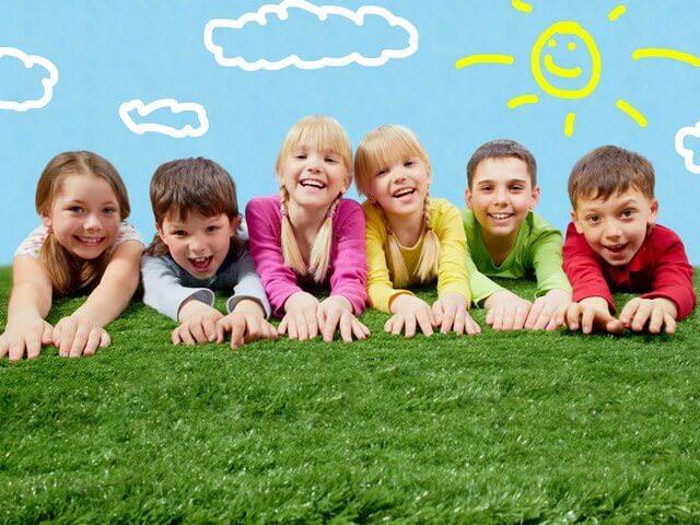Дети играют на траве