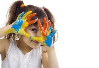 Девочка с цветными руками