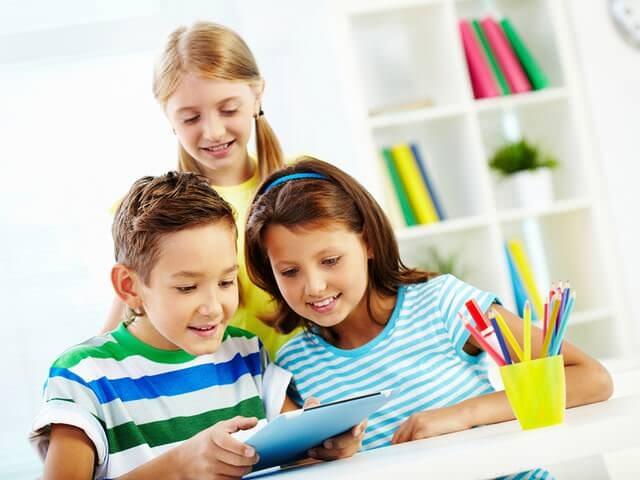 Дети играют в планшет