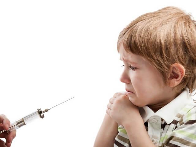 Мальчик боится укола