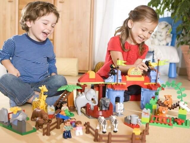 Мальчик с девочкой играют друг с другом