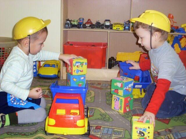 Дети играют в кубики и машинки