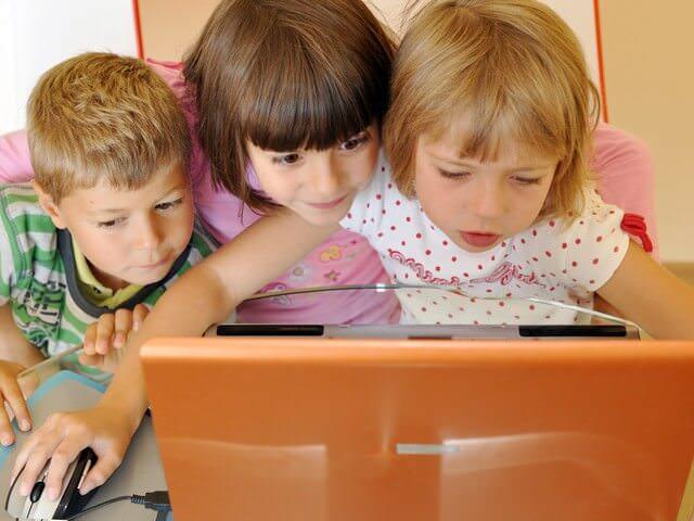 Дети играют за компьютером
