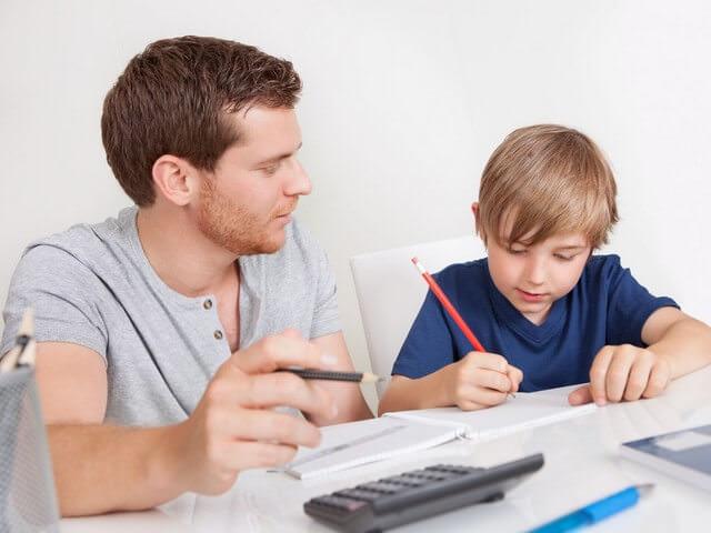 Папа делает уроки с сыном