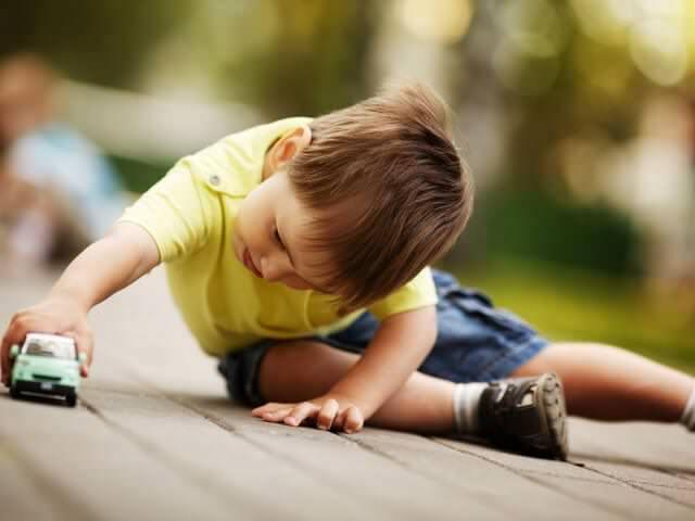 Мальчик играет на улице
