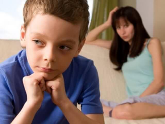 Мальчик обижается на маму