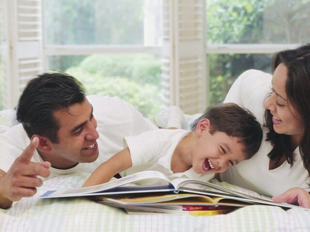Родители читают сыну книжки