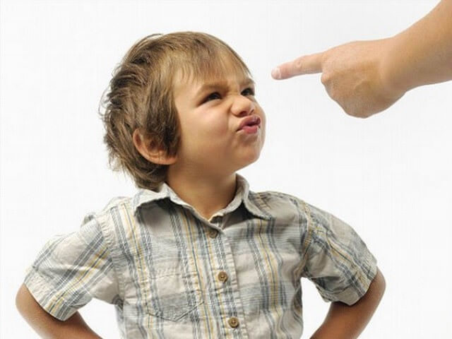 Ребенка наказывают