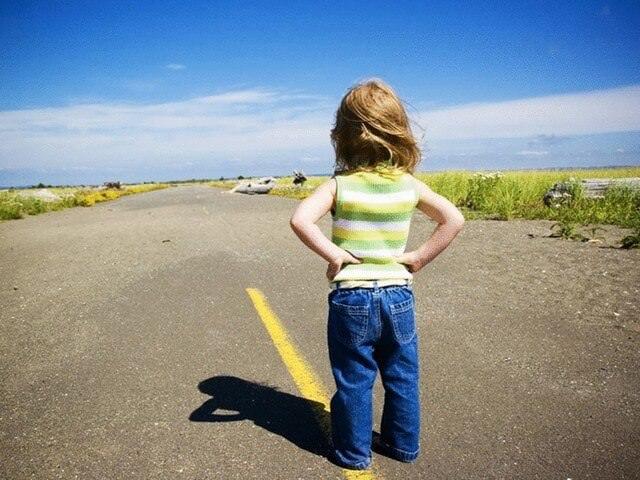 Ребенок стоит на дороге