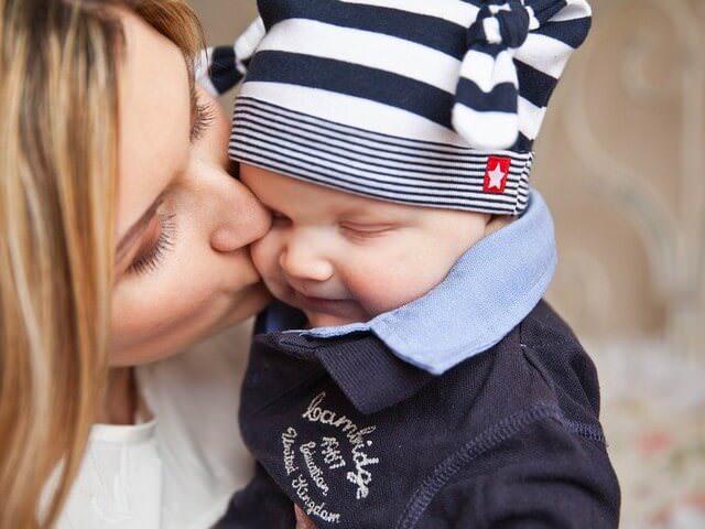 Мама целует своего ребенка