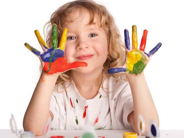 Ребенок с цветными пальчиками