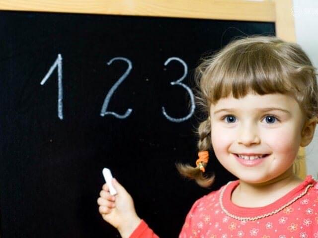 Девочка пишет цифры