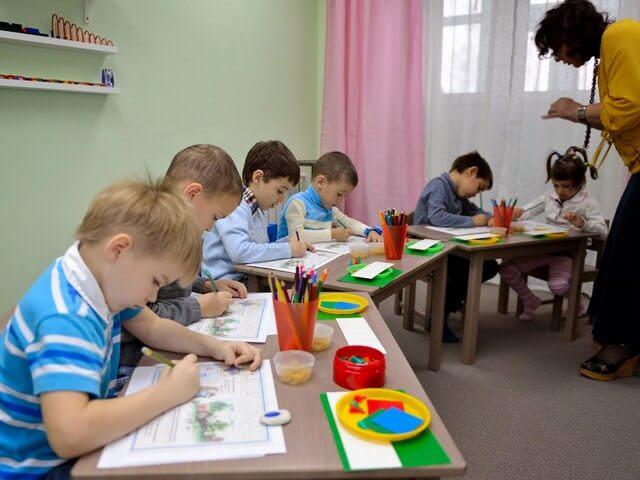 Дети занимаются с учителем