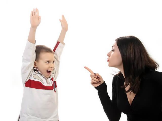 Мальчик не слушается маму