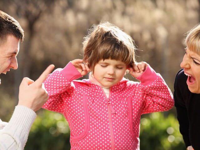 Родители ругают ребенка