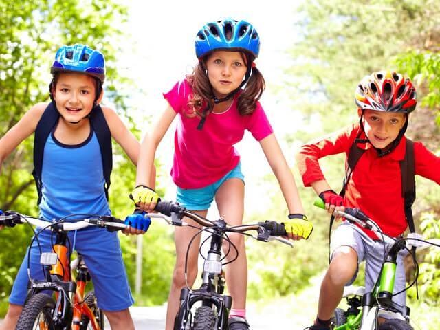 Трое детей на велосипедах