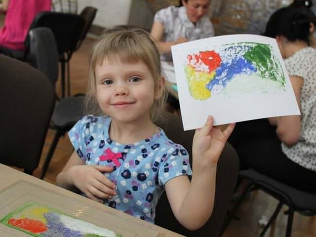 Девочка с рисунком в руках