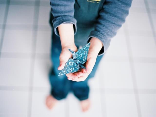 Ребенок держит поделку в руках
