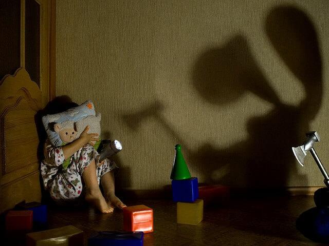 Ребенок спрятался в углу