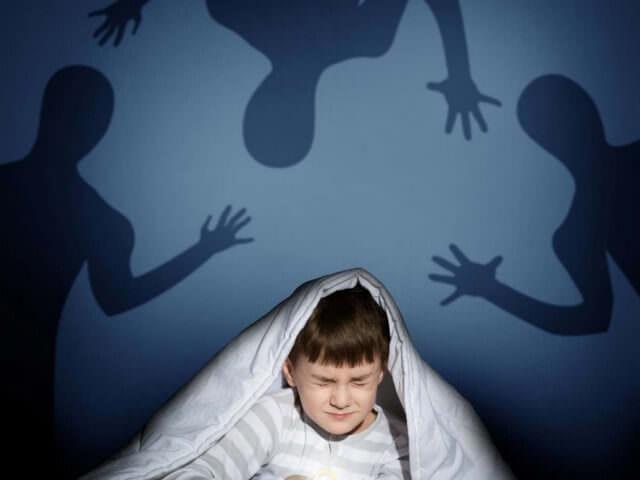 Мальчик боится теней