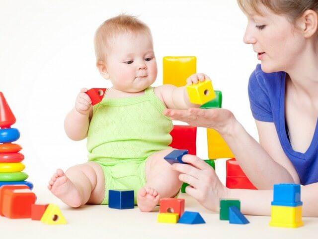 Ребенок изучает кубики