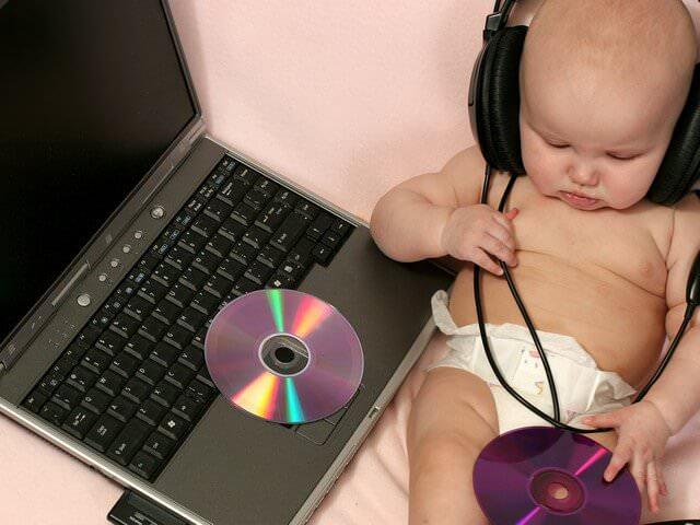 Грудничок слушает музыку