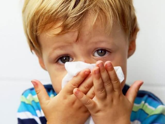 Ребенок вытирает нос