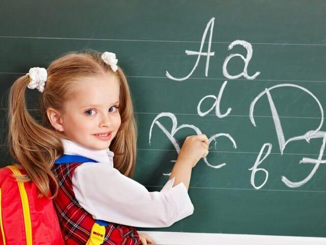 Девочка пишет на доске