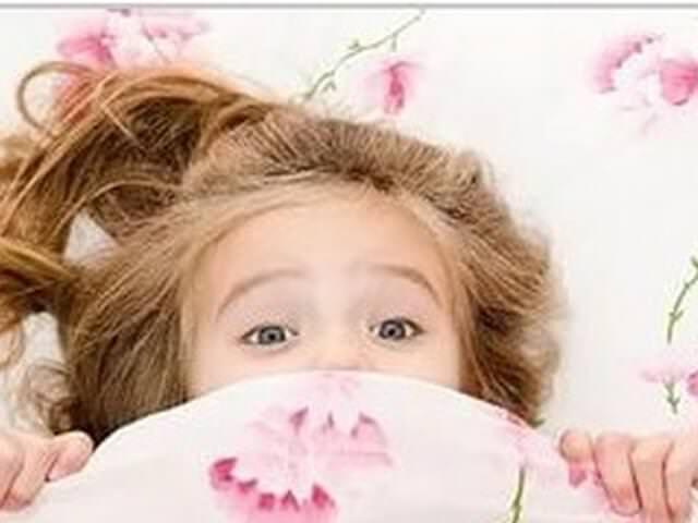 Девочка под одеялом