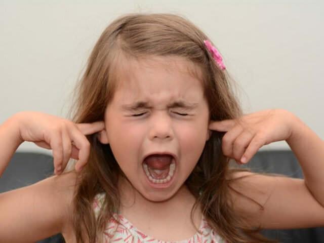 Девочка закрыла глаза и уши