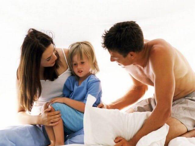 Родители успокаивают ребенка
