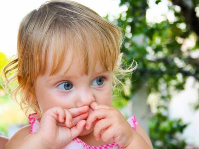 Девочка ковыряет в носу